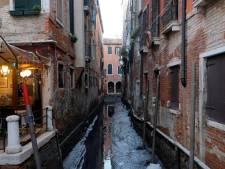 Na extreem hoog waterpeil staan kanalen in Venetië nu droog