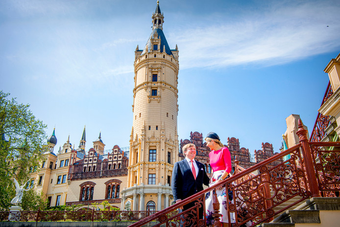 ROSTOCK - Koning Willem-Alexander en koningin Máxima hebben dinsdag op de tweede dag van het werkbezoek aan Duitsland een lange dag voor de boeg. Ze beginnen in Rostock in Mecklenburg-Vorpommern op de werf van MV Werften, waar cruiseschepen worden gebouwd, en eindigen met een literair diner in Potsdam, de aan Berlijn grenzende hoofdstad van de deelstaat Brandenburg.