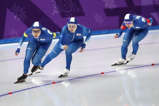 Ji Woo Park en Bo-Reum Kim leiden als Seon-Yeong Noh aan het elastiek hangt tijdens de kwartfinale tegen Nederland.